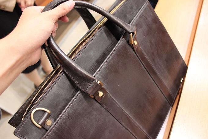 ブライドルレザーで作られたビジネスバッグ
