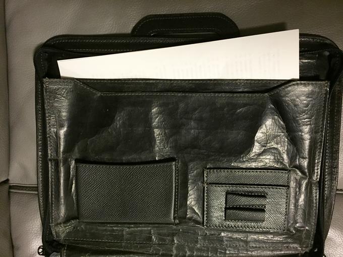 仕事関係の書類を持ち歩くために購入したブリーフケース
