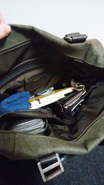 TUMI トートバッグの内装にモノを入れた状態