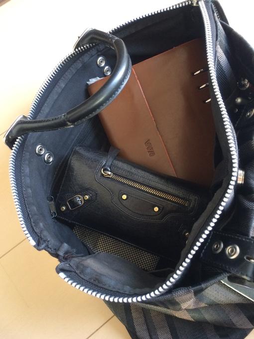 書類等入れてもバッグの形は崩れない