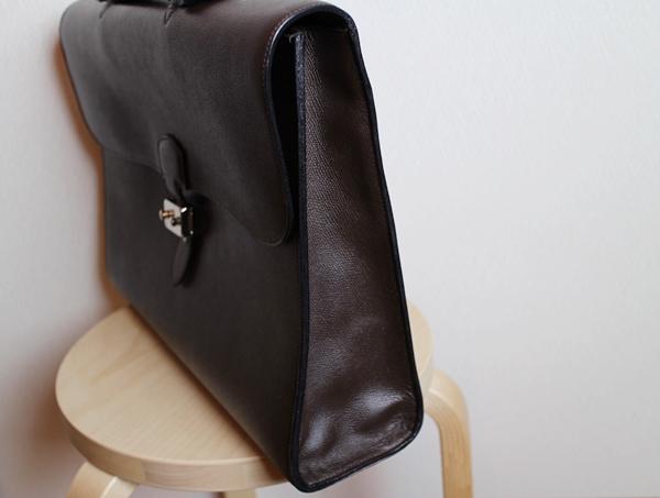 サイドから見た鞄のプロポーションもとてもすっきり