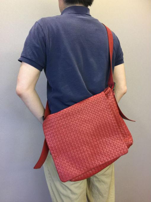 ボッテガヴェネタのイントレチャート カーフ メッセンジャーバッグ