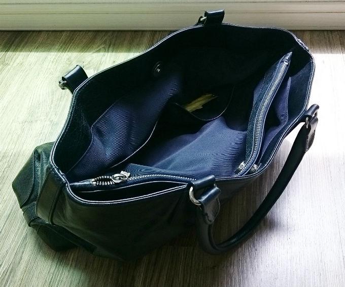 ポケットが二つと中央に間仕切りを兼ねたジッパー付の空間