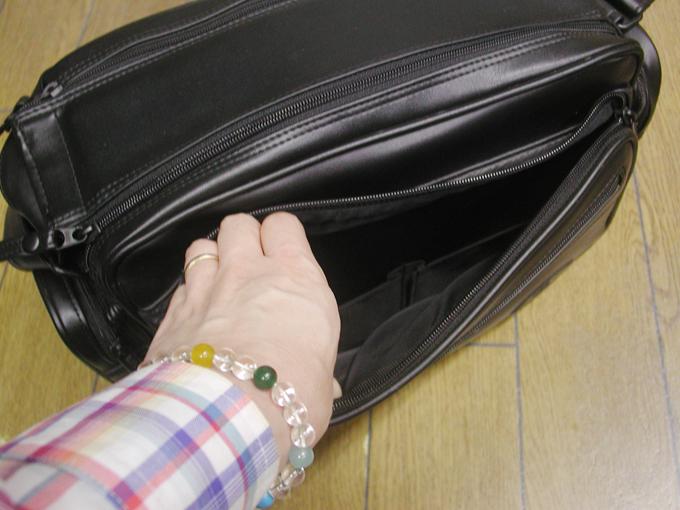 バッグの側面にも大きめのポケット