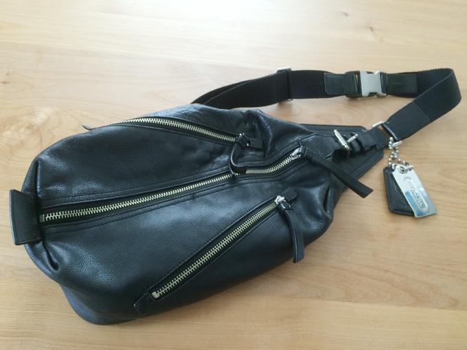 黒とシルバーのみのクールなコーチのバッグ