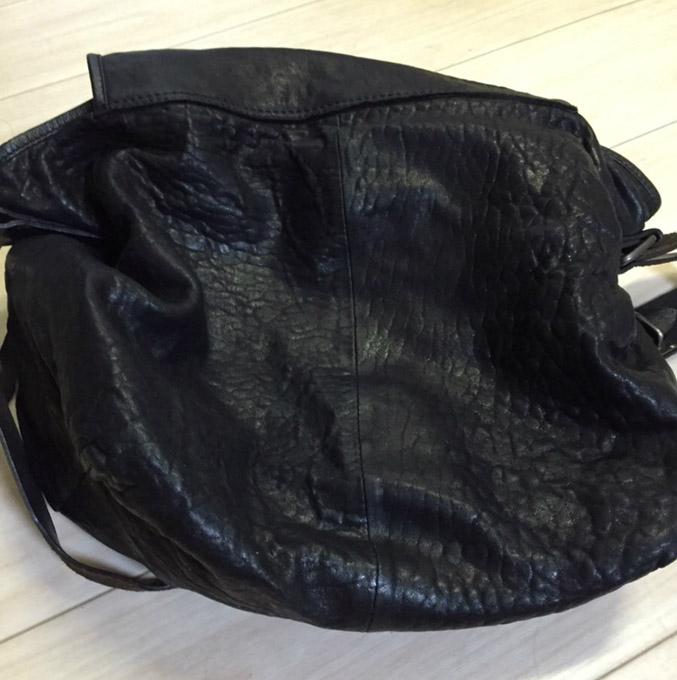 バッグの外側の留め具が全てピンタイプ