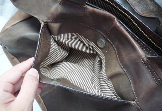 裏はマグネットのボタンがついたポケット