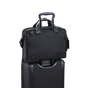 スーツケースに、引っ掛けて持ち歩くことが想定されている