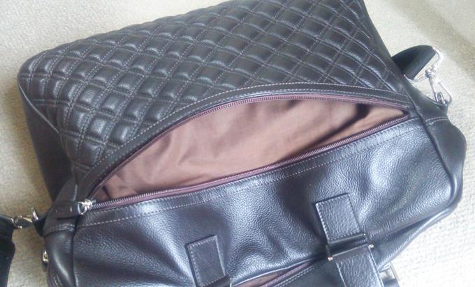 ユニークなデザインと落ち着いた色合いのショルダーバッグ
