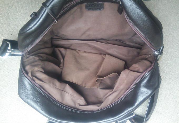 ショルダーバッグはサイズが大きめ