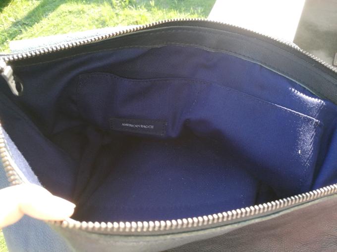 中のポケットは小さいものが二つ