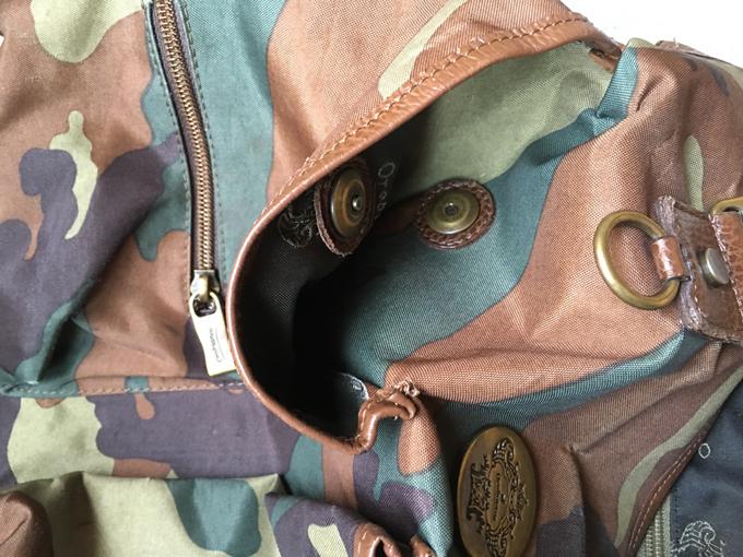 バッグの表側にはマグネット式のパッチポケット
