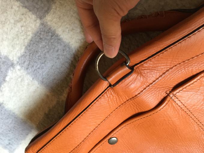 ストラップのフックをかける金輪を支えるパーツが伸びてしまう
