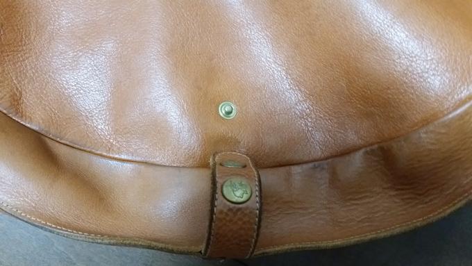 バッグの大きさを調整できるボタンがついている