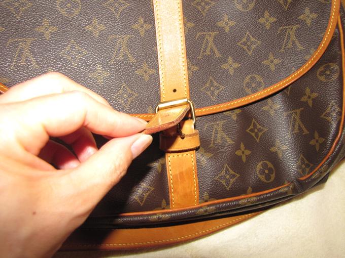 バッグの開閉はベルトで留めるタイプ