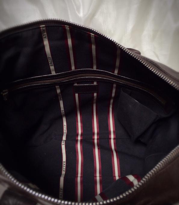収納は小さなジッパーポケットのみというシンプル過ぎる設計