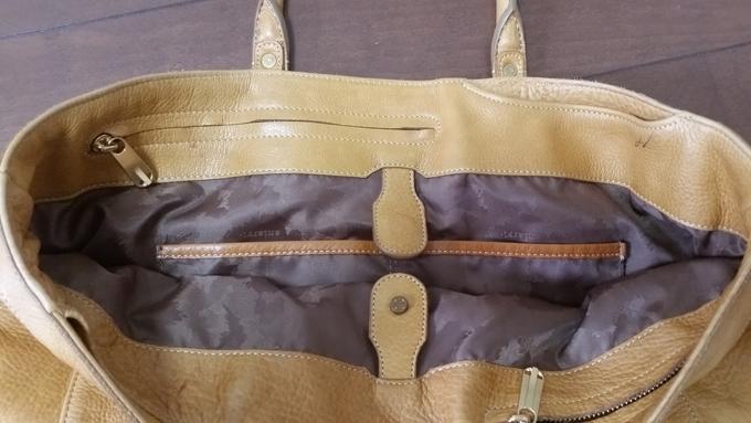 内部には簡単に出し入れできる収納ポケット