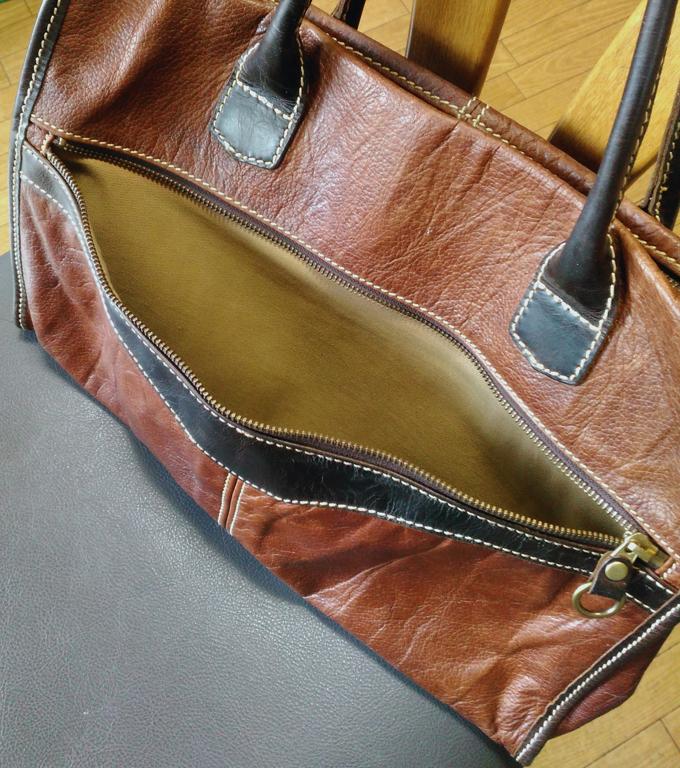 前面ポケット部分は、バッグの幅いっぱい