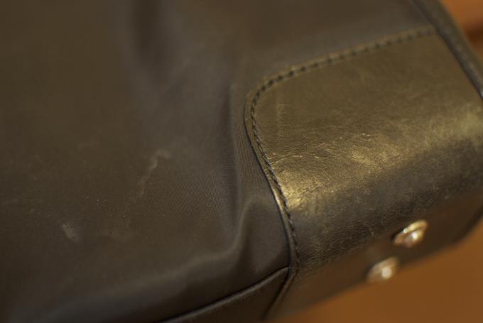 底鋲が付けられていて、床に置いてもバッグの底面が傷みにくい