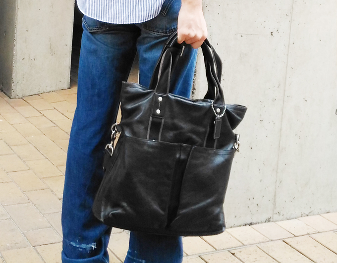真っ黒な鞄であるコーチのビジネストートバッグ