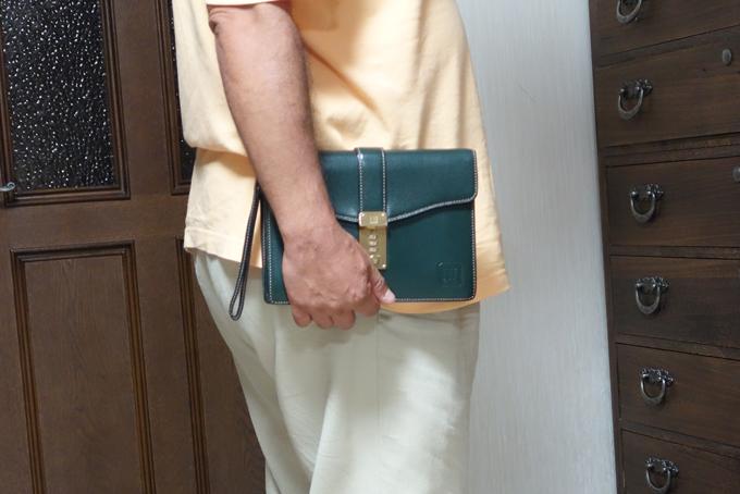 フォーマルなシーンで活躍するダンヒルのセカンドバッグ