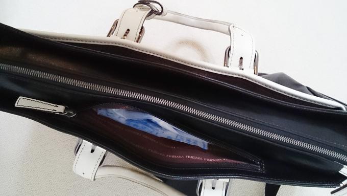 ファスナー付の小ポケット