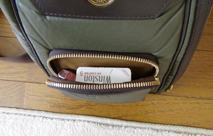 外側のファスナーポケット