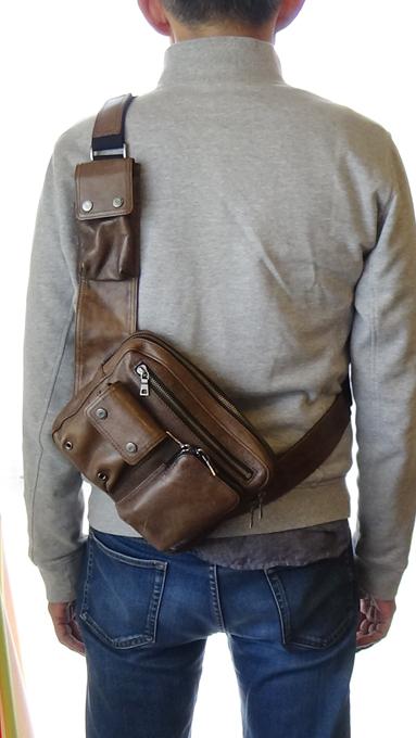 シンプルで暗めの色合いのバッグは地味