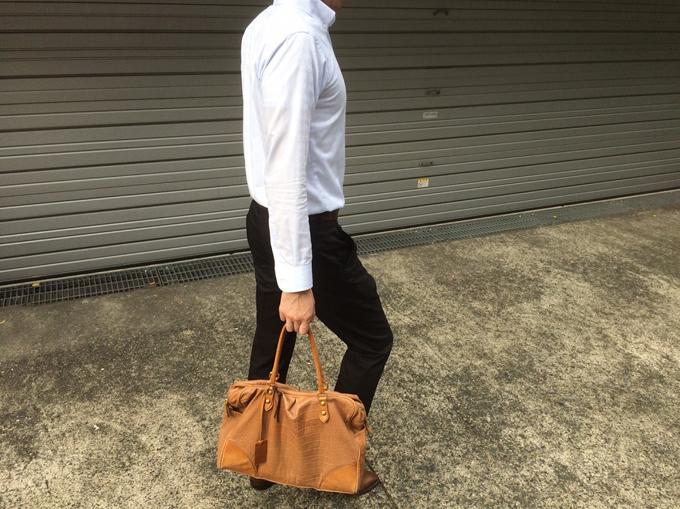 ビジネスシーンでブラウン系の革靴を履いた日には、このバッグを合わせたコーディネート