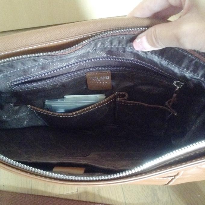 バッグは内側に小さなポケットと、さらに内ポケット