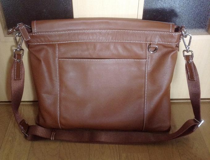 バッグの後ろ側のデザインもまたおしゃれ