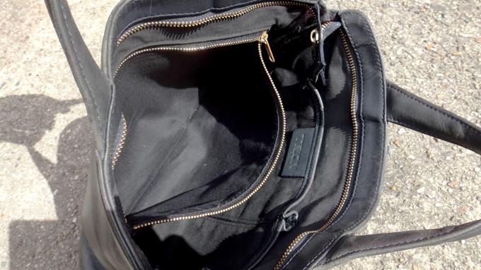 鞄の内側は同系色