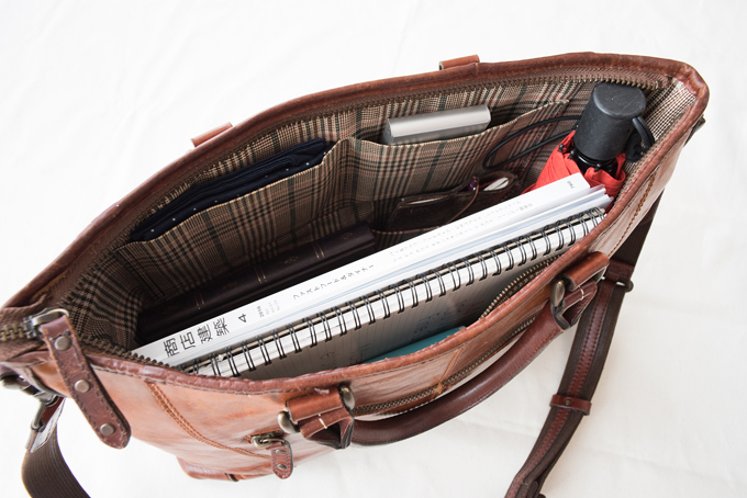 A4ファイルやノートパソコンがすっぽり収まる少し大きめサイズ
