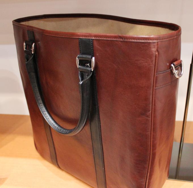 このバッグはちゃんと自立してくれるんです
