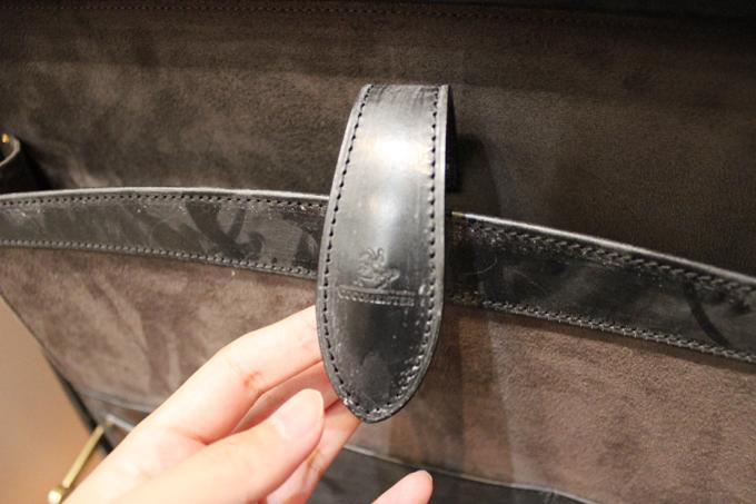 素材にはウルトラスエードが使われていて、表面のブライドルレザー