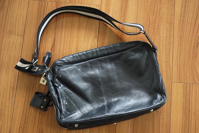 BALLYのショルダーバッグのデザイン