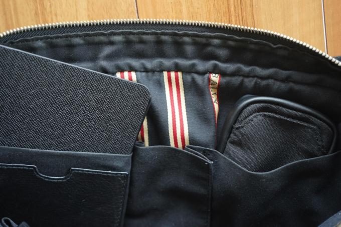 ファスナー無しのポケットも容量が多くて使いやすい