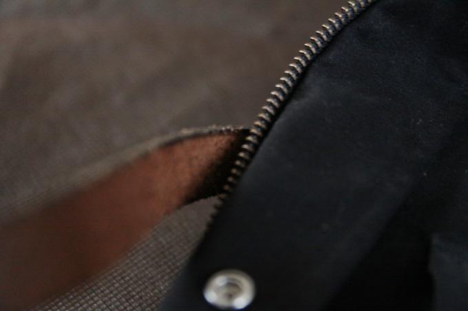 床面がジッパーで擦れて、毛羽立っていた繊維がボロボロ