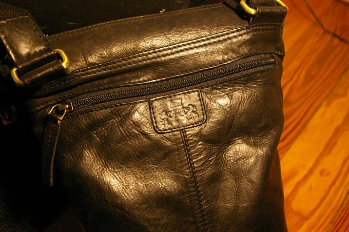 バックの背面にはファスナー付きのポケット