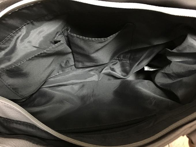 バッグの中が細かく仕切られている