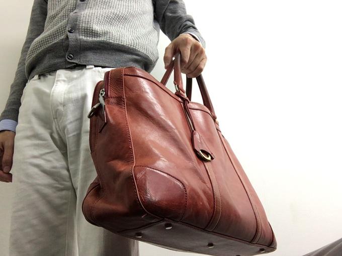 2年愛用しているaniary(アニアリ)の赤いビジネスバッグ