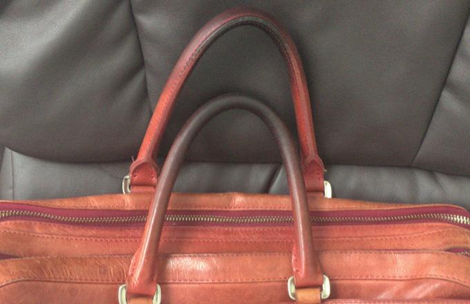 明るい色のバッグなので取っ手の部分が黒ずんでしまった
