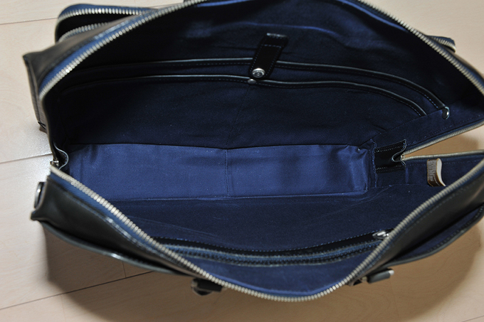 収納面についてはファスナーが横まで大きく開くので、中身を出し入れしやすい