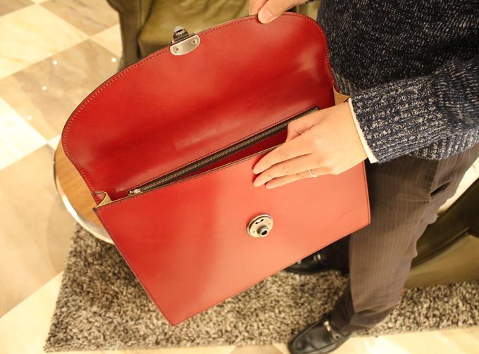 立ったまま、このバッグを抱えつつ中の書類などを取り出す