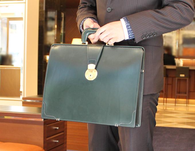 手からさげるタイプの高級なダレスバッグ