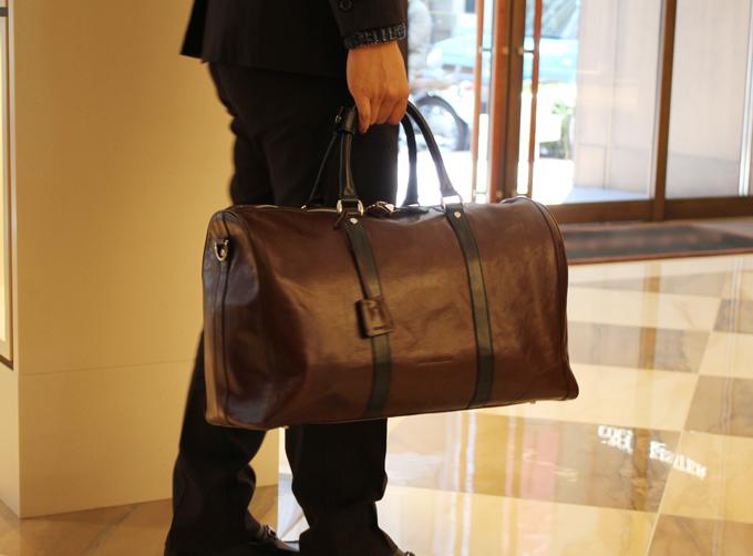 仕事とプライベート、どちらでも使えるような高級感ある旅行バッグ