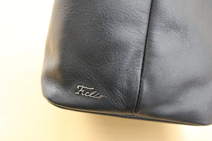 『F.CLIO』ロゴ入りのキラリと光る金属プレート
