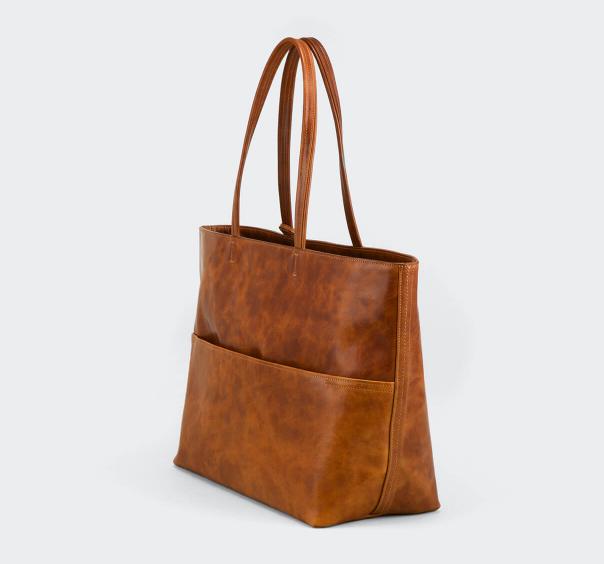 バッグの裏面には、さりげなくあおりのポケット