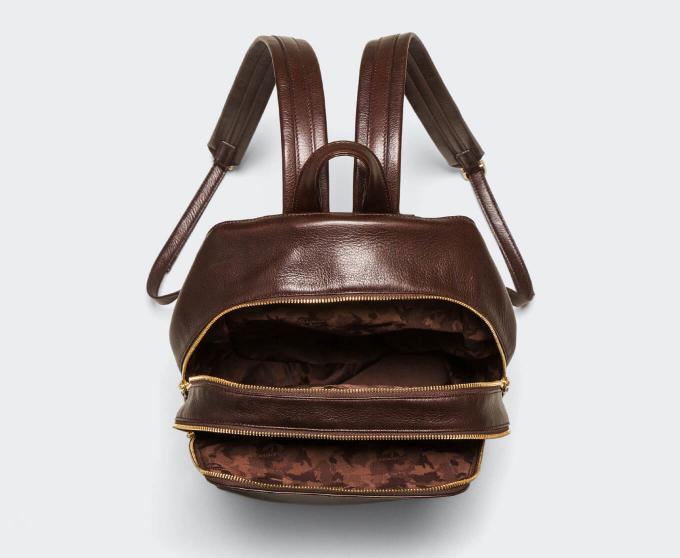 ふとしたタイミングで、バッグの中もチラッと見える