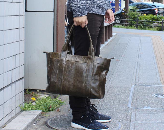 選んだこのバッグには、クロコダイルの型押しがされている